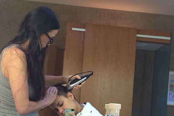 Demi Moore, de 52 años, ayuda a su hija a rasurase la cabeza, par...