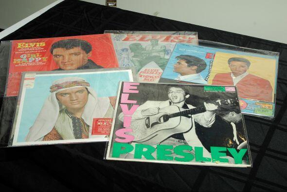 ELVIS PRESLEY- Guitarras, trajes y diversas imágenes del desaparecido ca...