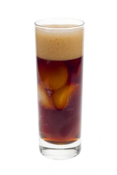 El fernet es una bebida alcohólica amarga, elaborada a partir de varios...