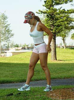 Muy disimuladamente, Claudia paró su sesión de ejercicio.