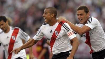 El franco argentino David Trezeguet abrió el marcador para River en el 2...