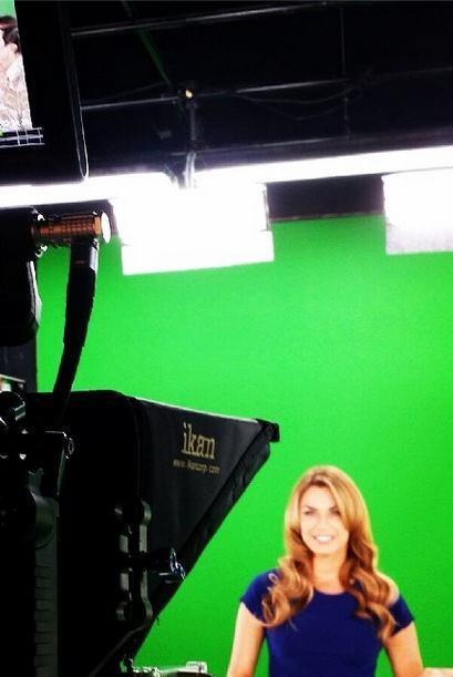 A nuestra guapa modelo le encanta grabar con la pantalla verde y asombra...
