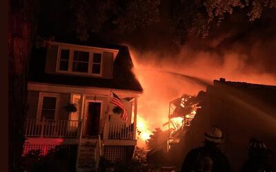 Masivo incendio en un edificio industrial al noroeste de Chicago se exte...