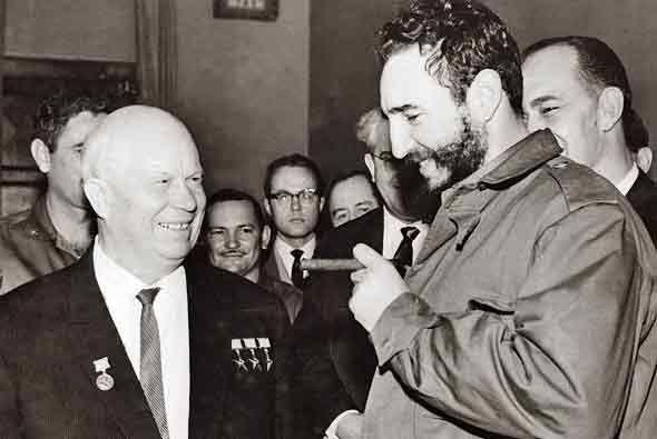Un año más tarde, Castro visitó al líder sov...