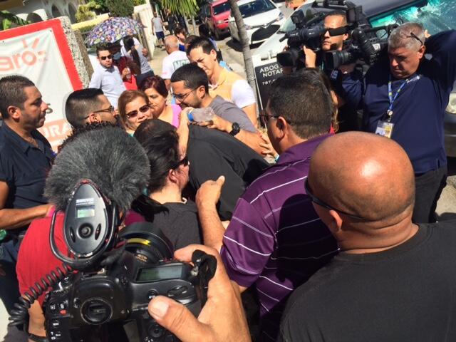 Familiares de la teniente Luz Soto llegan a la escena.