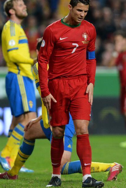 Aquí protesta una falta a un jugador sueco.