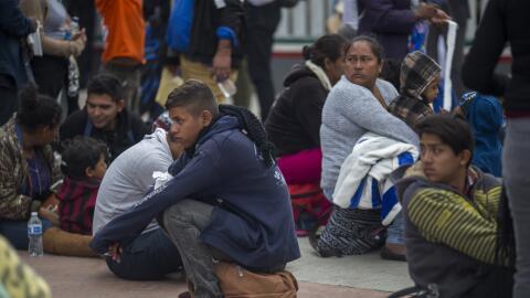 Migrantes centroamericanos siguen varados en Tijuana, México, esp...
