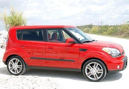 Su estilo exterior es parecido al de sus competidores Scion xB y Nissan...