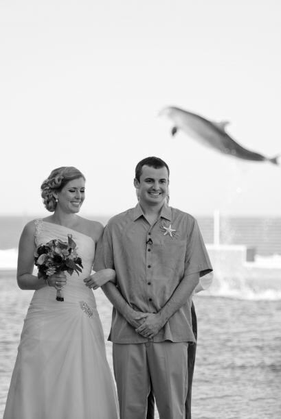 Cuando la pareja estaba por darse el beso, los invitados aplaudían muy e...