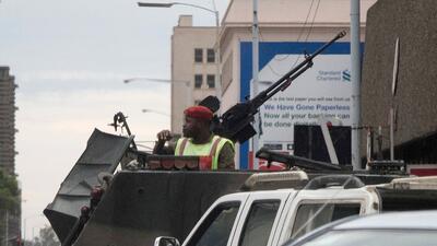 La capital de Zimbabue, Harare, amaneció controlada por patrullas...