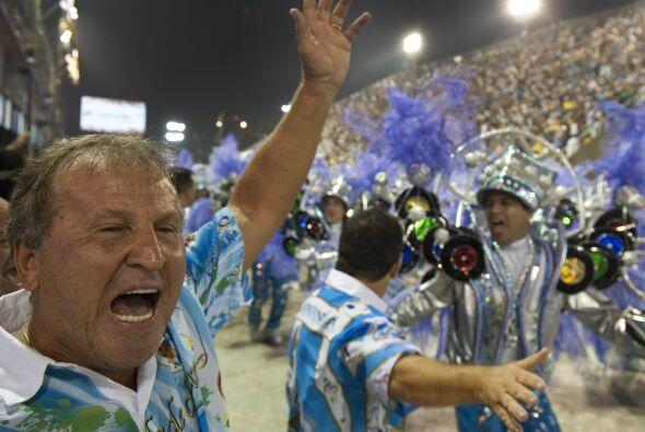 Imperdible esta imagen de Zico en pleno carnaval. El ex astro brasileño...