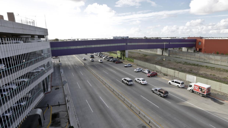 Autos debajo de un puente que conecta los aeropuertos de San Diego-Tijuana.