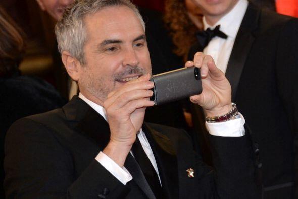 El director mexicano Alfonso Cuarón ganó la estatuilla por la mejor dire...