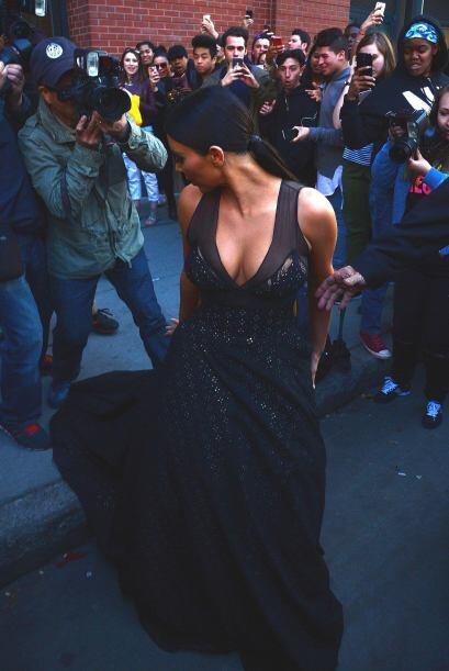 Y es que un torpe fotógrafo no se fijó y le pisó el vestido. ¡ZAZ!