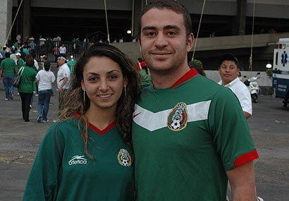 Este par de enamorados portaba con orgullo la camiseta verde.