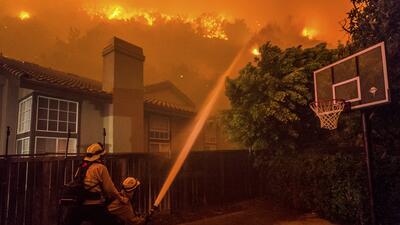 En fotos: Incendio fuera de control provoca evacuación de 1,500 personas en el sur de California