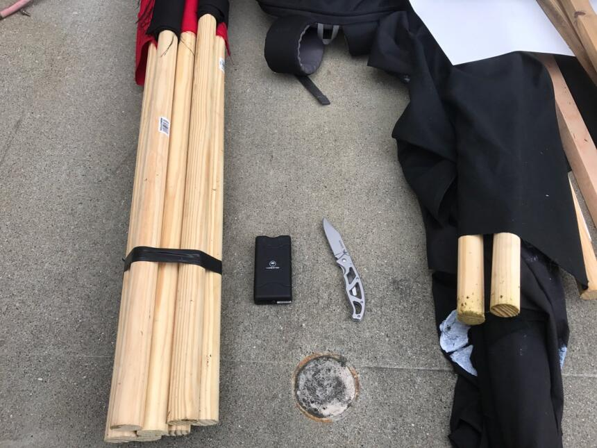 Objetos decomisados por la Policía de Berkeley durante los enfrentamientos.