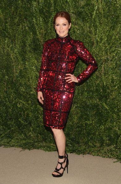 La actriz Julianne Moore acudió con un vestido de cóctel en color rojo i...