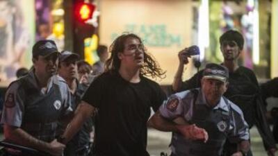 Las manifestaciones se tornaron muy violentas en Sao Paulo donde hay al...