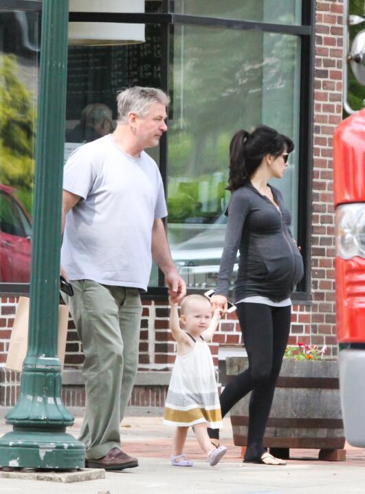 Alec Baldwin no suelta la mano de su hija
