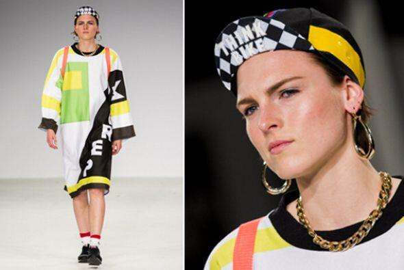 Otra alternativa súper original y 'trendy' es llevar una gorra con texto...