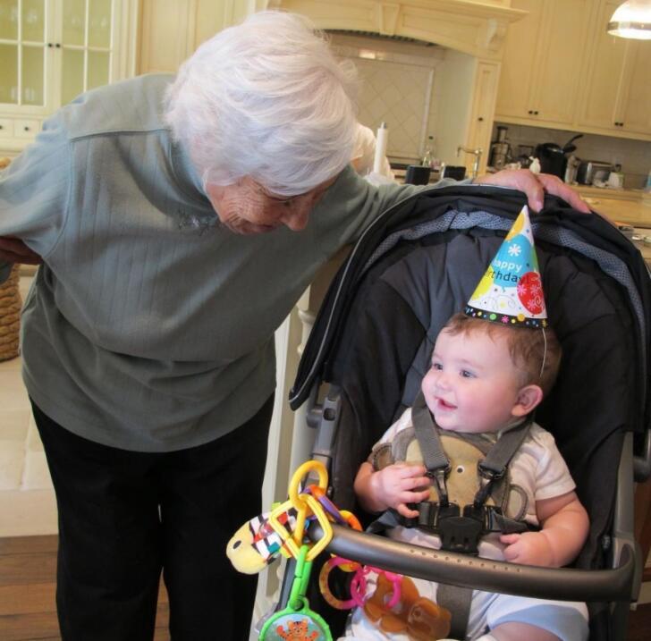 Para celebrer el cumpleaños 100 de su abuela, Thalía publi...