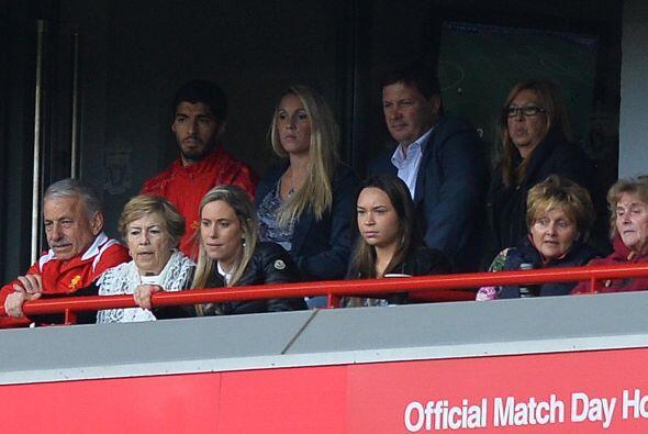El delantero uruguayo Luis Suárez veía el partido desde las tribunas.
