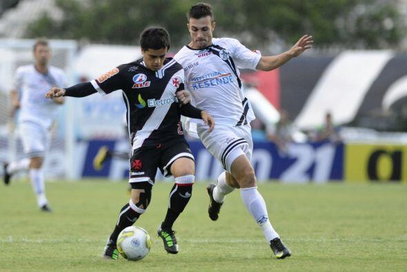 Fagber del Vasco disputa un balón con Kim del Resende. Vasco si no hace...