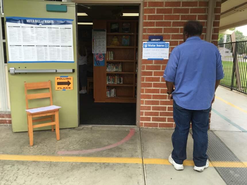 Acceso a una biblioteca en West Covina convertida en centro electoral.
