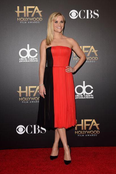 Reese Witherspoon llamó la atención gracias al estilo bicolor de su vest...