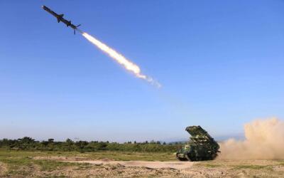 La imagen muestra el misil que Corea del Norte dice haber probado en los...