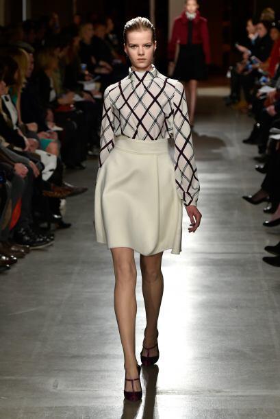 Otra de características de la colección fueron el talle de la falda esti...