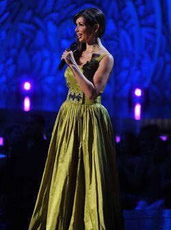 El vestido de noche que lució Giselle, fue un corte que ciñiera su cintura.
