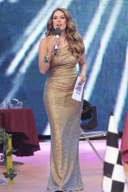 ¡Gali lucía como una diosa dorada con este despampanante vestido!