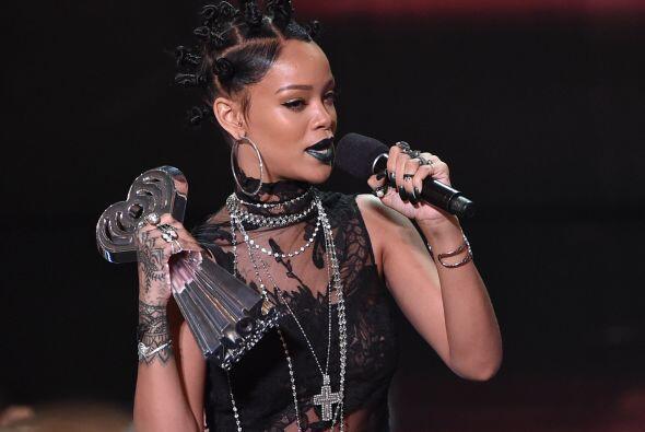 Rihanna lució destacó de los invitados con su look gótico.