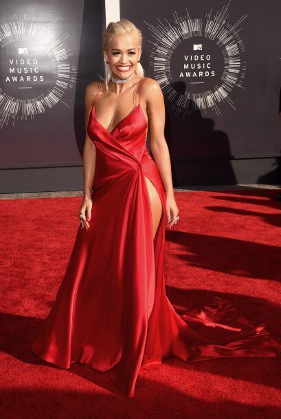 Rita Ora, otra cantante que le gusta lucir vestidos rojo y grandes escotes.