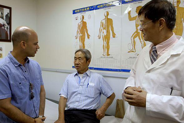 En la clínica del Dr. Tom, además el doctor Juan conversó con un pacient...