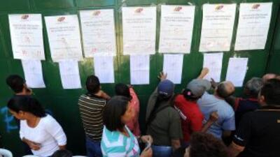 Los centros de votación empezaron a abrir este domingo en Venezuela para...