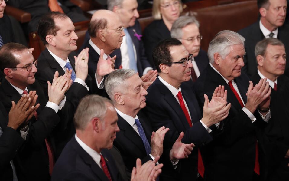 Los miembros del gabinete presentes en el discurso aplauden al presidente.