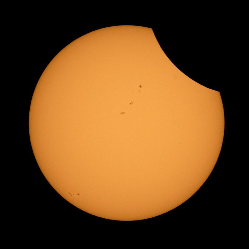 Así se ve el avance del eclipse en Ross Lake, Wyoming.