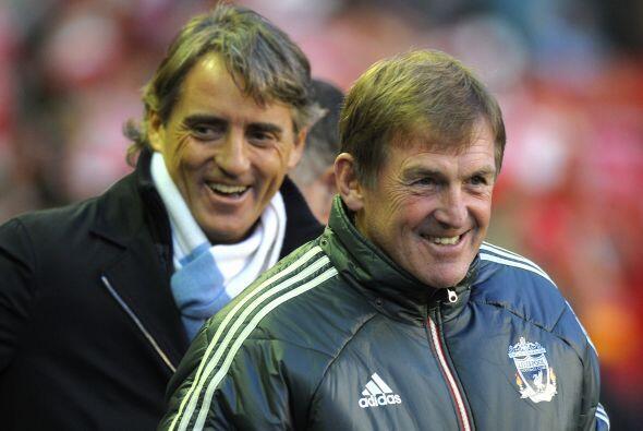 Los técnicos Roberto Mancini y Kenny Dalglish se saludaron de forma muy...
