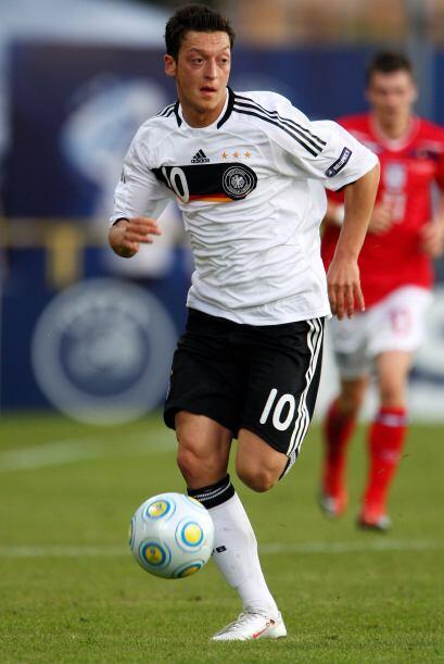 Mesut fue tomado en cuenta por la selección alemana desde las categorías...
