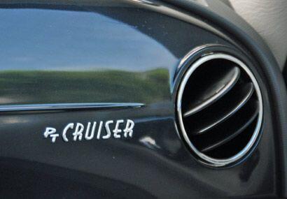 En el tablero se integra una placa con el nombre del auto.