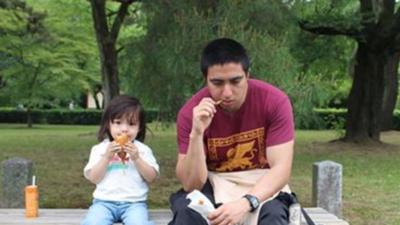 Noé Herández con su hijo.