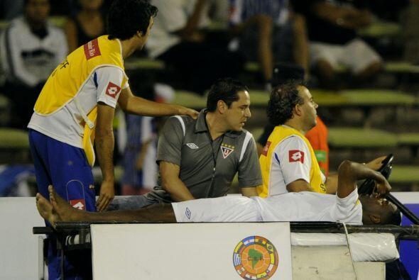 El defensor del equipo ecuatoriano, José Valencia, fue retirado del part...