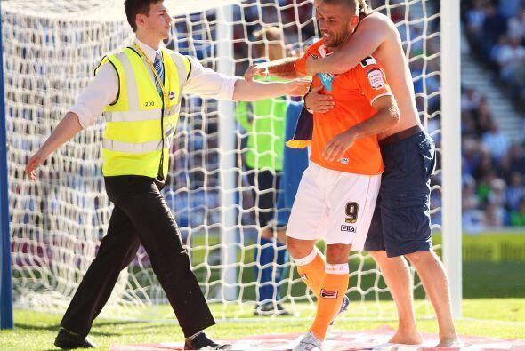Lo mismo le ocurrió al delantero del Blackpool, cuando un hincha lo agar...