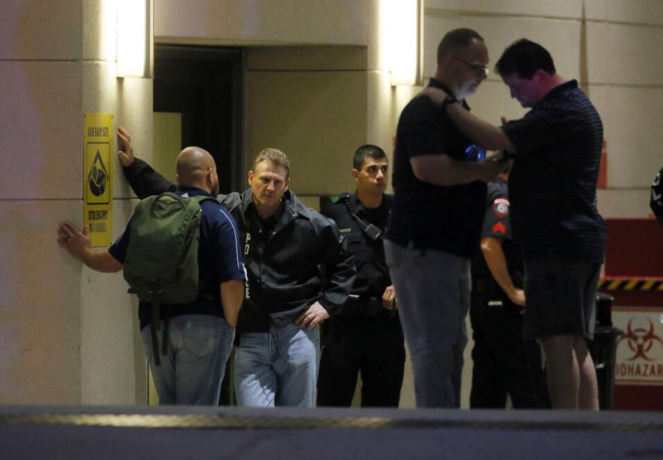 Oficiales esperan afuera del Baylor University Medical Center, de Dallas.