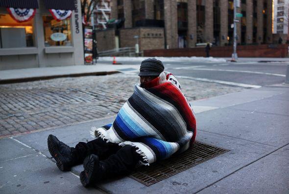 Prince, que no tiene hogar, se sienta en una rejilla del metro para mant...