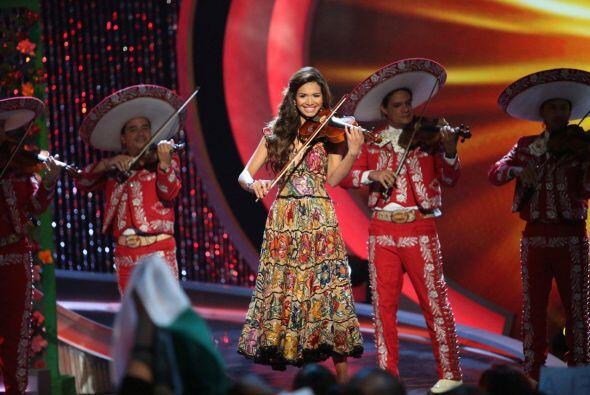 La salvadoreña tocó el violín para darle una serenata a su madre.