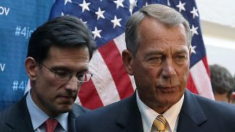 El presidente de la Cámara de Representantes, John Boehner (derecha) jun...